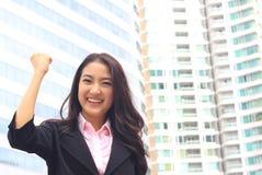 Ciérrese encima del retrato de la mujer asiática en la habitación del negocio imagen de archivo