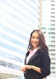 Ciérrese encima del retrato de la mujer asiática en la habitación del negocio imagen de archivo libre de regalías
