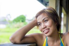 Ciérrese encima del retrato de la mujer asiática hermosa feliz joven de Indonesia que mira el soñar despierto y pensamiento pensa Foto de archivo libre de regalías