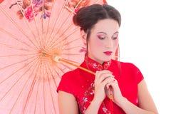 Ciérrese encima del retrato de la mujer atractiva joven en dres japoneses rojos Foto de archivo
