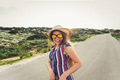 Ciérrese encima del retrato de la mujer feliz de la moda en gafas de sol Muchacha de moda sonriente en verano Foto de archivo libre de regalías