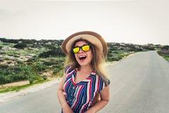 Ciérrese encima del retrato de la mujer feliz de la moda en gafas de sol Muchacha de moda sonriente en verano Fotos de archivo