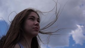 Ciérrese encima del retrato de la mujer joven hermosa con el pelo que sopla en viento metrajes