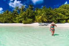 Ciérrese encima del retrato de la mujer joven hermosa que goza del sol en la playa Diseño de concepto del viaje del verano Día de imagen de archivo