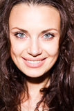 Ciérrese encima del retrato de la mujer joven sonriente feliz Fotos de archivo