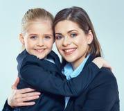 Ciérrese encima del retrato de la mujer de negocios con la niña Foto de archivo libre de regalías
