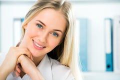 Ciérrese encima del retrato de la mujer de negocios sonriente Fotos de archivo