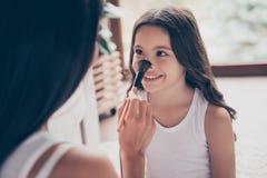 Ciérrese encima del retrato de la niña sonriente hermosa con dar largo fotos de archivo