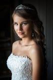 Ciérrese encima del retrato de la novia bonita en la habitación Fotos de archivo libres de regalías