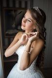 Ciérrese encima del retrato de la novia bonita en la habitación Imágenes de archivo libres de regalías