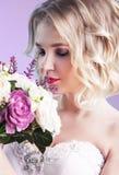 Ciérrese encima del retrato de la novia hermosa del yuong con las flores sobre el perno fotos de archivo