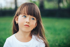Ciérrese encima del retrato de la pequeña muchacha de sueño con los ojos azules fotografía de archivo libre de regalías