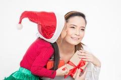 Ciérrese encima del retrato de la pequeña niña pequeña asiática sorprenden a su madre con la caja de regalo imagenes de archivo