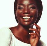Ciérrese encima del retrato de la risa joven hermosa de la mujer negra fotografía de archivo libre de regalías