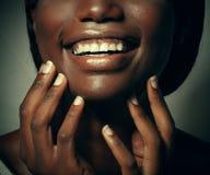 Ciérrese encima del retrato de la risa joven hermosa de la mujer negra foto de archivo libre de regalías