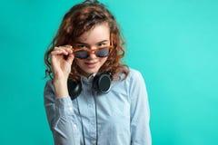 Ciérrese encima del retrato de las gafas de sol que llevan del inconformista con los marcos rojos Fotos de archivo libres de regalías