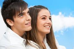 Ciérrese encima del retrato de pares adolescentes al aire libre. Fotografía de archivo