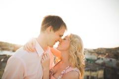 Ciérrese encima del retrato de pares sonrientes felices en el amor que presenta en el tejado con las bolas grandes Ciudad del pai Fotografía de archivo