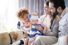 Ciérrese encima del retrato de tres generaciones de mujeres que son hija cercana, de la abuela, de la madre y del bebé en casa Fotografía de archivo libre de regalías