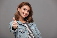 Ciérrese encima del retrato de un adolescente bonito sonriente Fotos de archivo libres de regalías
