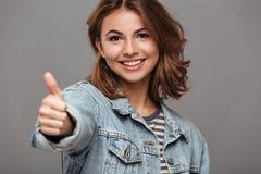 Ciérrese encima del retrato de un adolescente joven alegre Foto de archivo libre de regalías