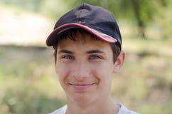 Ciérrese encima del retrato de un adolescente lindo en una gorra de béisbol Foto de archivo libre de regalías