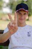 Ciérrese encima del retrato de un adolescente lindo en una gorra de béisbol Fotos de archivo