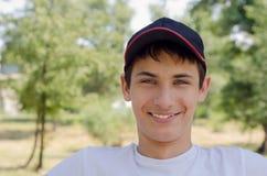 Ciérrese encima del retrato de un adolescente lindo en una gorra de béisbol Fotografía de archivo