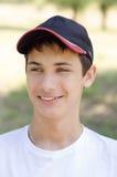 Ciérrese encima del retrato de un adolescente lindo en una gorra de béisbol Fotos de archivo libres de regalías