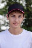 Ciérrese encima del retrato de un adolescente lindo en una gorra de béisbol Imagen de archivo