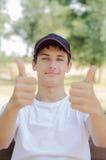 Ciérrese encima del retrato de un adolescente lindo en una gorra de béisbol Imagen de archivo libre de regalías