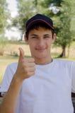 Ciérrese encima del retrato de un adolescente lindo en una gorra de béisbol Imágenes de archivo libres de regalías