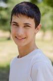Ciérrese encima del retrato de un adolescente lindo sonriente de los jóvenes Fotografía de archivo libre de regalías