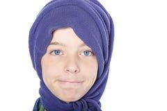 Ciérrese encima del retrato de un adolescente masculino sonriente con la bufanda azul encendido Imagen de archivo libre de regalías