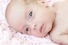 Ciérrese encima del retrato de un bebé prematuro hermoso imagen de archivo