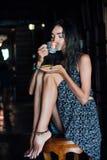 Ciérrese encima del retrato de un café de consumición de la muchacha en un café del vintage en la terraza en Asia foto de archivo libre de regalías