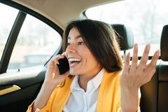 Ciérrese encima del retrato de un ejecutivo de sexo femenino joven en el teléfono Imágenes de archivo libres de regalías