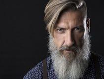 Ciérrese encima del retrato de un hombre barbudo atractivo Foto de archivo libre de regalías