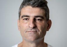 Ciérrese encima del retrato de un hombre de la Edad Media en expresiones faciales del póker neutral y emociones humanas imagenes de archivo