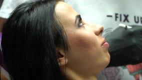 Ciérrese encima del retrato de un paciente de la odontología Mujer en la clínica dental Mujer joven que recibe chequeo dental El  almacen de video