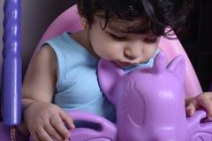 Ciérrese encima del retrato de un pequeño bebé soñoliento en unicornio foto de archivo libre de regalías