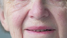 Ciérrese encima del retrato de una cara caucásica mayor del ` s de la mujer almacen de metraje de vídeo