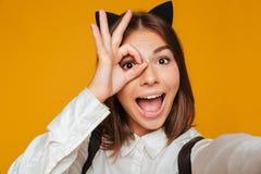 Ciérrese encima del retrato de una colegiala adolescente divertida en uniforme Foto de archivo