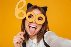 Ciérrese encima del retrato de una colegiala adolescente divertida en uniforme Imágenes de archivo libres de regalías