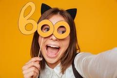 Ciérrese encima del retrato de una colegiala adolescente emocionada en uniforme Fotos de archivo libres de regalías