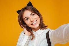Ciérrese encima del retrato de una colegiala adolescente sonriente en uniforme Fotos de archivo libres de regalías