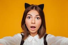 Ciérrese encima del retrato de una colegiala adolescente sorprendida Imagen de archivo