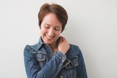 Ciérrese encima del retrato de una mediados de risa hermosa de la mujer adulta foto de archivo libre de regalías