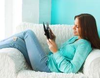 Ciérrese encima del retrato de una muchacha adolescente con la tableta Foto de archivo