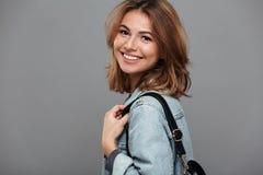 Ciérrese encima del retrato de una muchacha bonita en chaqueta del dril de algodón Imagen de archivo libre de regalías
